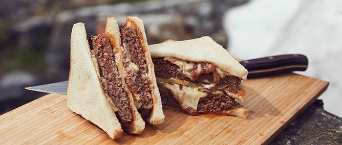 Lecker Hamburger-Sandwichs - gegrillt mit Kohle von McBrikett