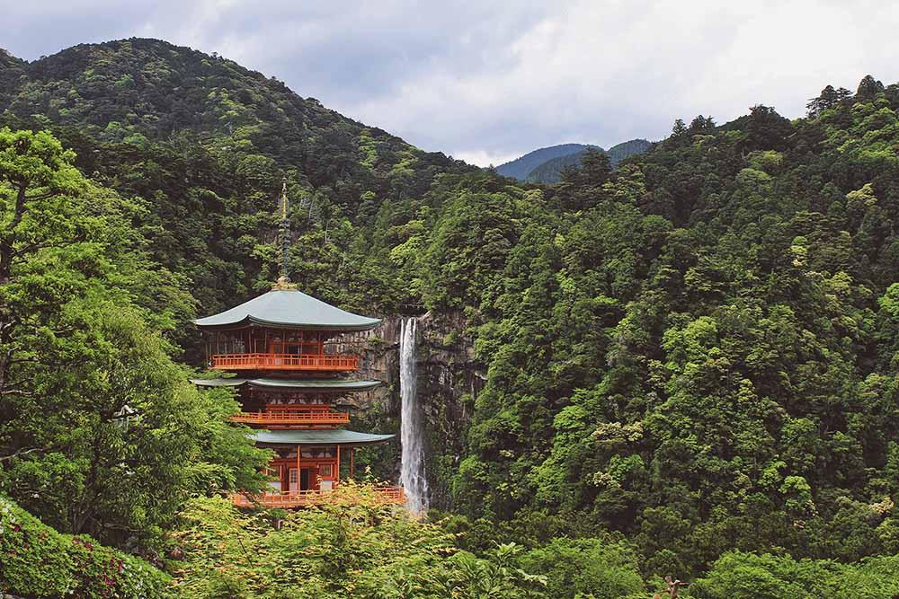 Tempel in Japan - der Heimat der Binchotan / White Coal Holzkohle