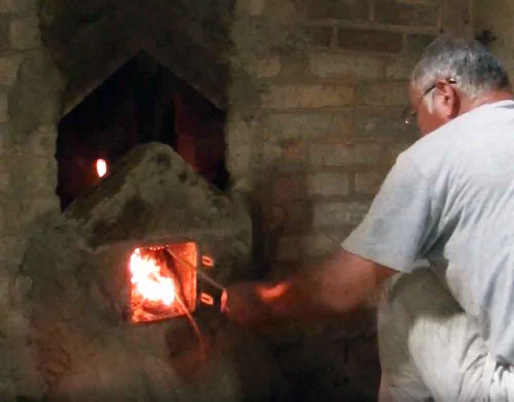 Traditionelle Herstellung der Binchotan / White Coal Holzkohle von McBrikett