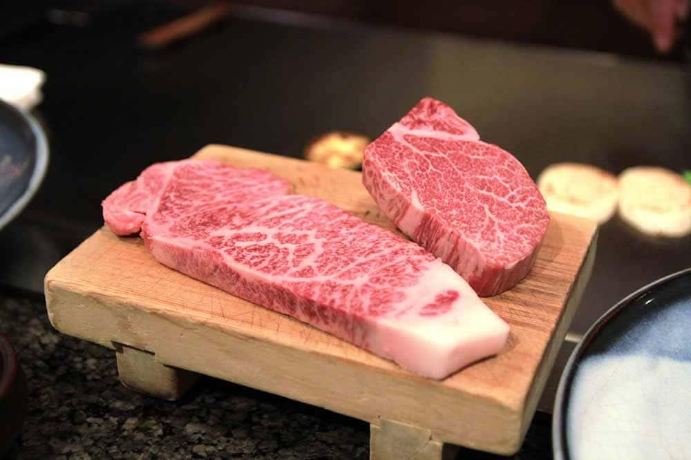 Kobe Beef - das hochwertigste Rindfleisch der Welt zubereitet mit Binchotan Holzkohle