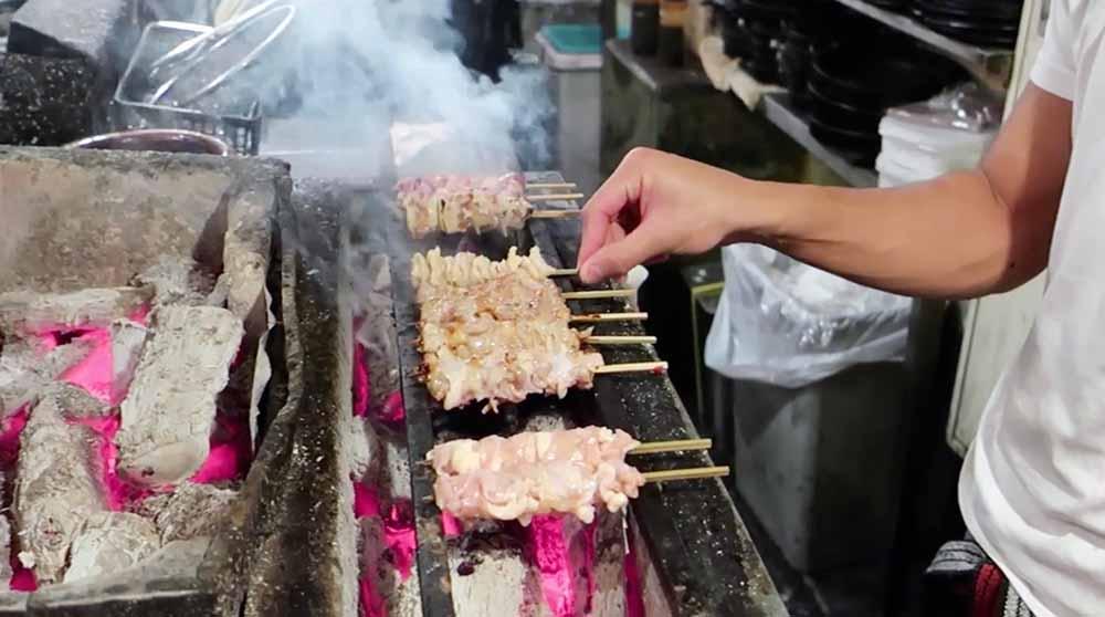 Japanisches traditionelles Yakitori - gegrillte Hähnchenspieße mit Binchotan Holzkohle