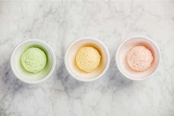 Gegrilltes Eis mit verschiedenen Eissorten