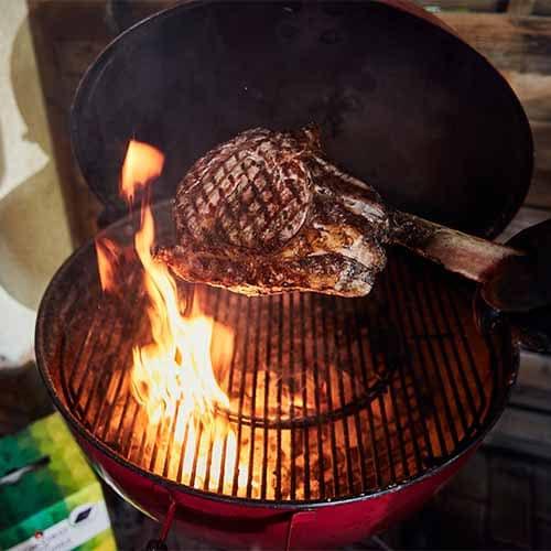 Von der Flamme geküsstes Tomahawk-Steak