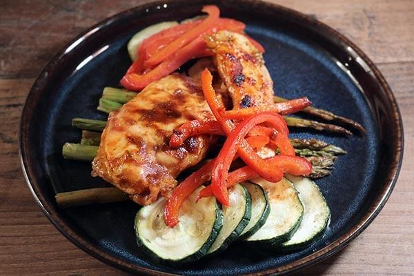 Grillrezepte von McBrikett für Hähnchen Gemüse mit BBQ-Sauce und Gemüse gegart in Alufolie