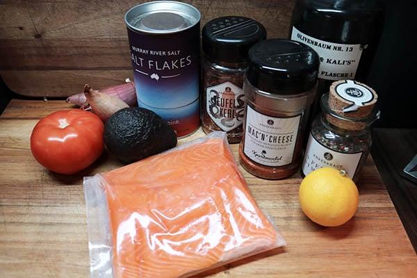 Grillrezept von McBrikett: alle Zutaten für das würzige Lachsfilet mit einem Beilagensalat aus Tomaten und Avocado