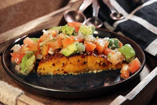 Grillrezept von McBrikett: gegrilltes Lachsfilet mit Tomaten und Avocado