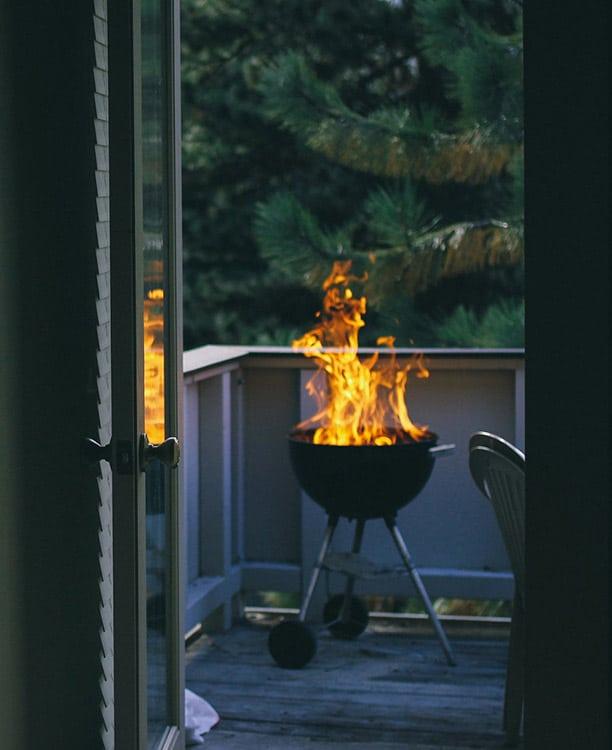 Rauchfrei grillen auf dem Balkon mit Kokoskohle KOKOKO von McBrikett