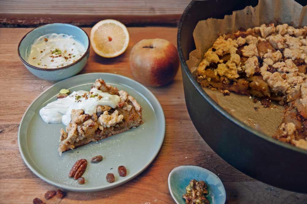 Apfelstreuselkuchen mit Nüssen aus dem Dutch Oven