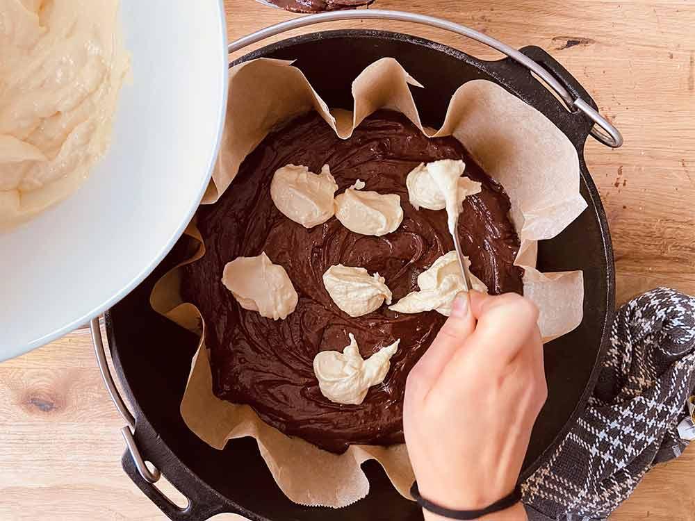 Dutch Oven Rezept: Cheesecake Brownies | Cheesecake-Teig hinzufügen