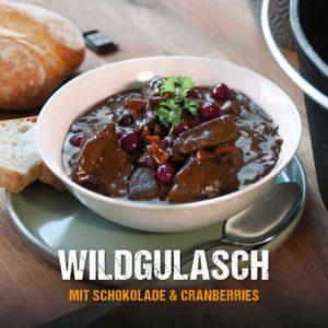 Gulasch aus dem Dutch Oven mit Cranberries und Schokolade