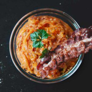 Rauchige Bacon-Grillbutter mit geräuchertem Paprikapulver, Bacon und Honig